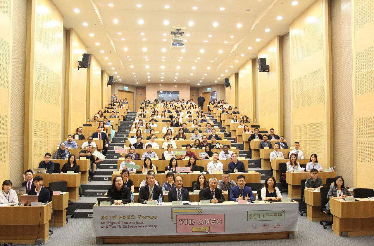 由教育部主辦、台北科大執行的「2019 APEC青年創新創業論壇」,為期三天的活...