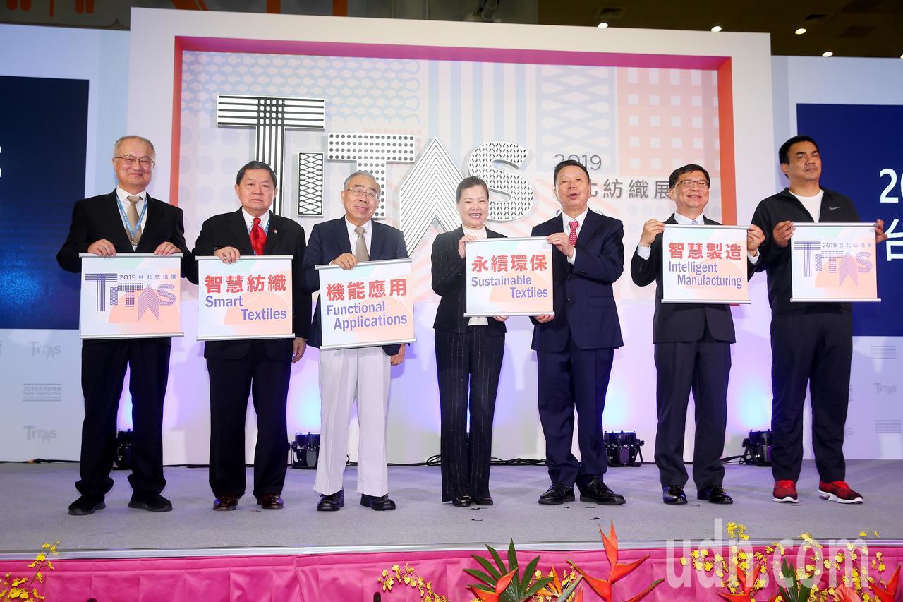 第23屆台北紡織展上午在南港展覽館展出,遠東集團董事長徐旭東(左二)、台塑集團總...