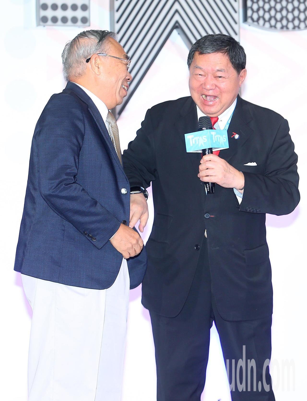 第23屆台北紡織展上午在南港展覽館展出,遠東集團董事長徐旭東(右)在開幕式上邀請...