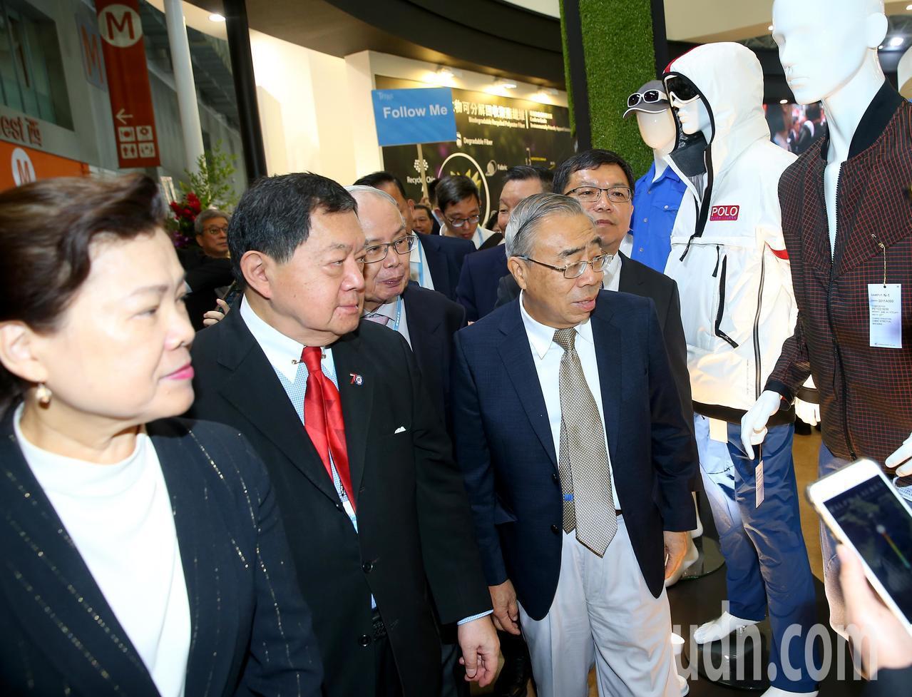 第23屆台北紡織展上午在南港展覽館展出,經濟部次長王美花(左一)、遠東集團董事長...