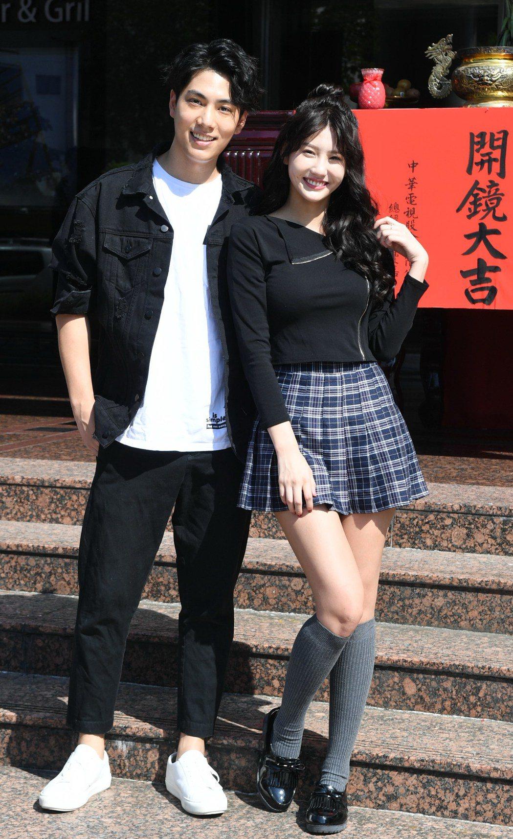 林子閎(左)與女友四葉草大方同台。圖/華視提供