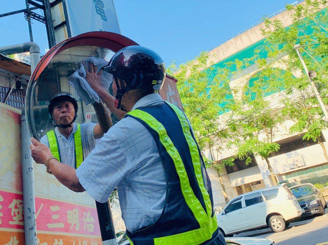 77歲張秀雄每天凌晨3點起床,8年來擦拭超過15萬面反光鏡。圖/新北市交通局提供