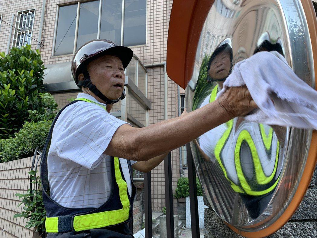 77歲張秀雄每天騎機車出門擦拭路上反光鏡。圖/新北市交通局提供