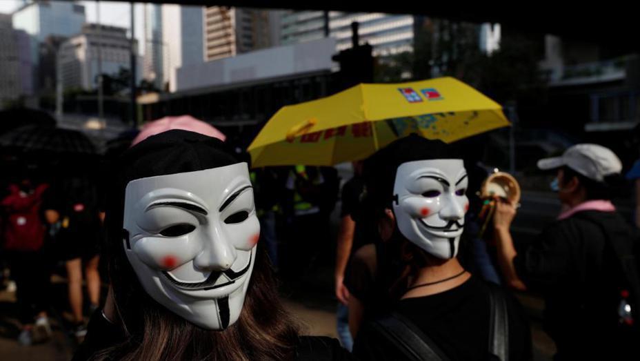 香港政府援引用緊急法禁止民眾蒙面、反而引發民眾不滿,使得抗爭行動邁入第18個周末。香港上萬名民眾無視當局的「蒙面禁令」,蒙著臉上街抗爭,港鐵大站也關閉。美聯