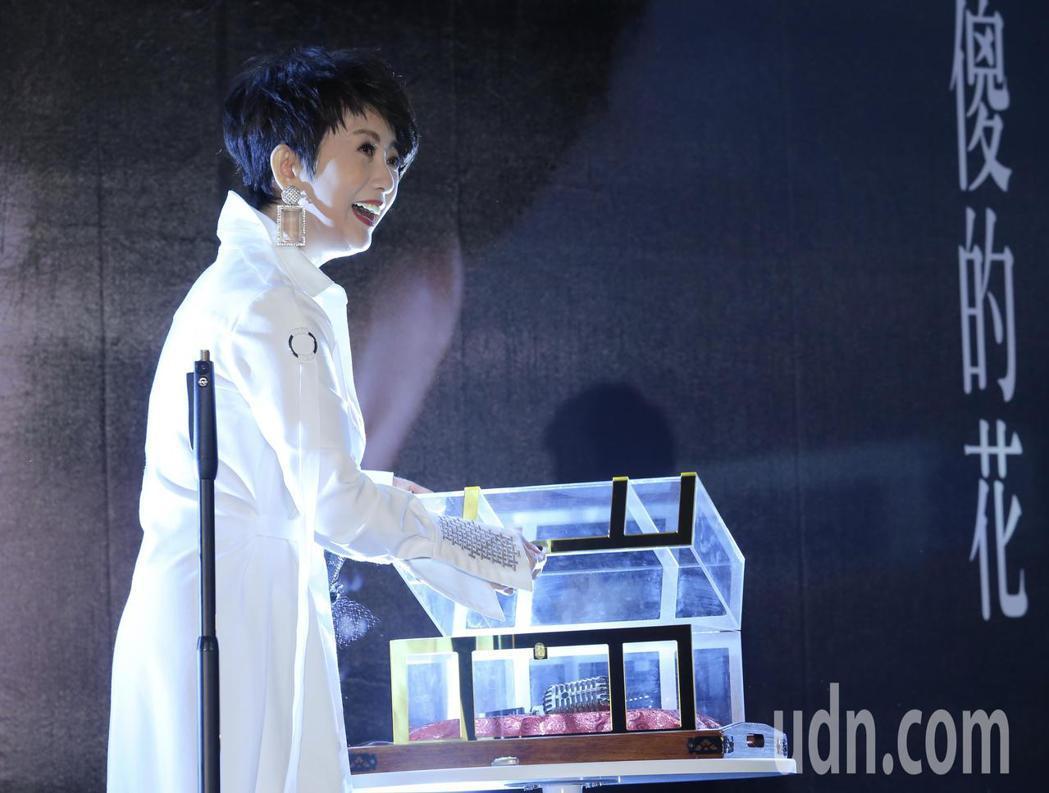 藝人周思潔舉行「開麥」儀式,睽違樂壇24年再度開唱。記者許正宏/攝影