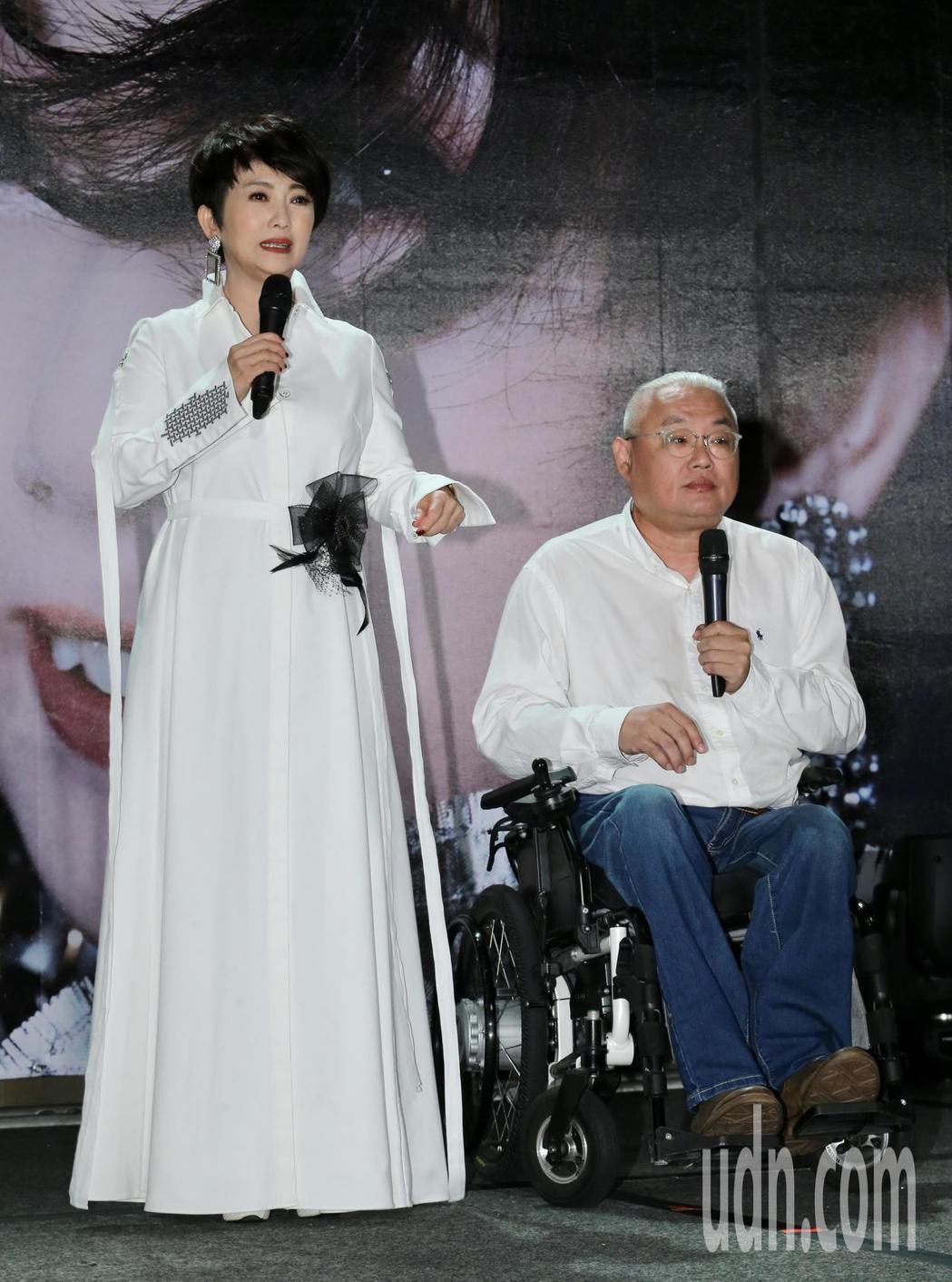 藝人周思潔(左)舉行「開麥」儀式,睽違樂壇24年再度開唱,導演范可欽(右)上台助...