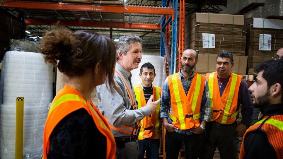 加拿大企業家艾斯帝(右二)協助超過300名敘利亞難民到加拿大定居。圖/取自聯合國...