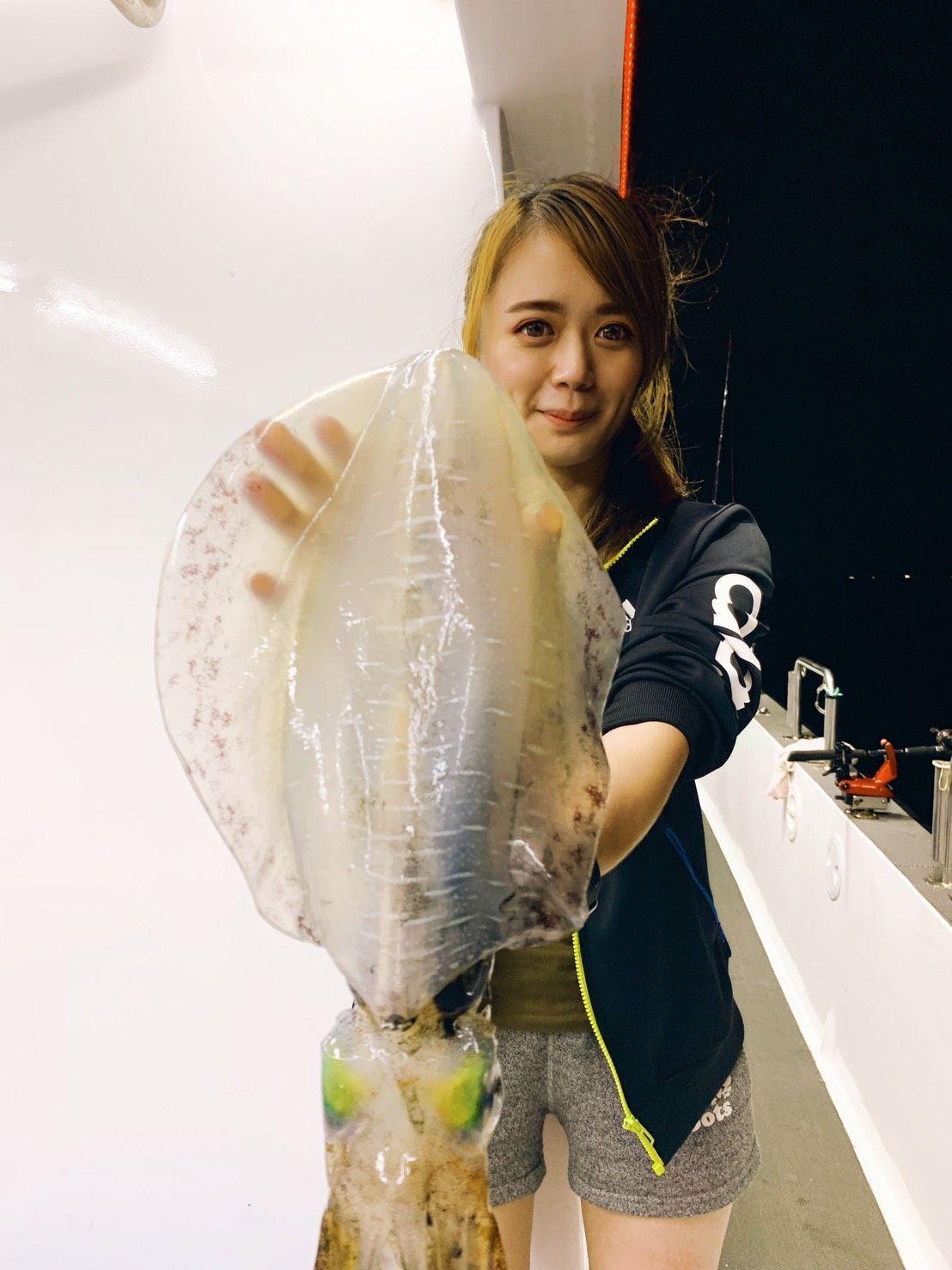 影/人美心善!她釣到不到20公分的小軟絲 說BYE BYE放回