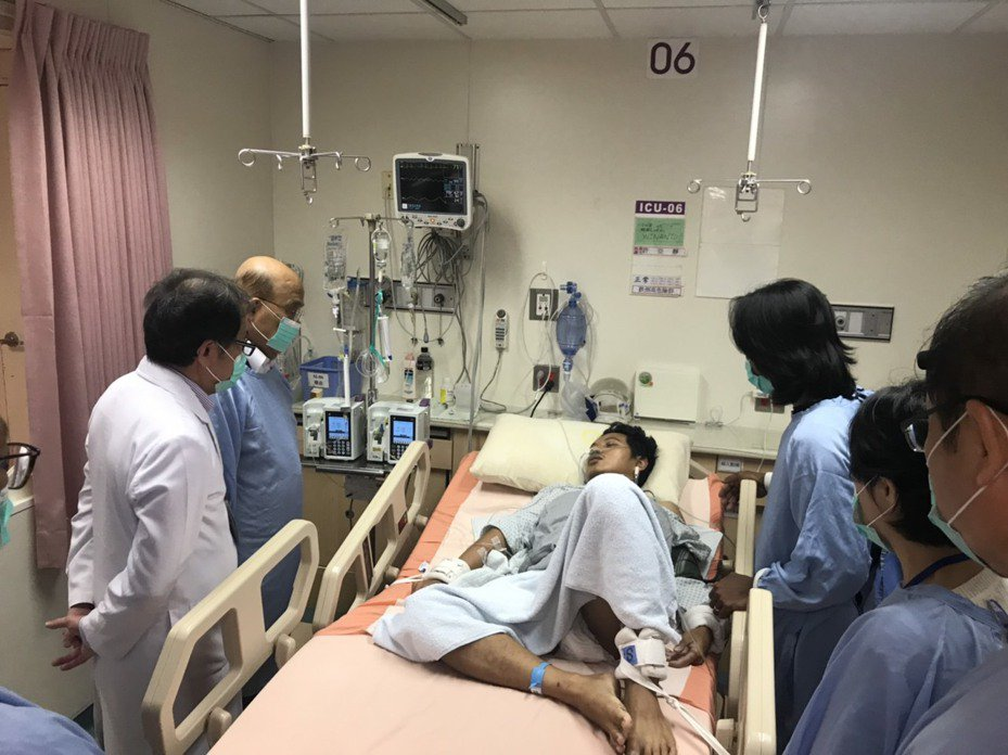 宜蘭南方澳跨港大橋發生斷橋意外今天進入第七天,29歲印尼籍外籍漁工陷人昏迷,上午突然清醒,行政院長蘇貞昌下午前往醫院探視傷者。 記者戴永華/翻攝