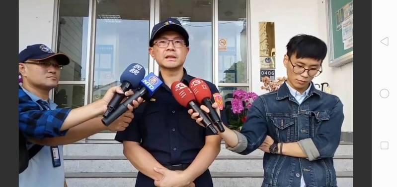 大安警分局副分局長陳少旭,說明警方逮捕破壞台大連儂牆的陸客。記者廖炳棋/翻攝