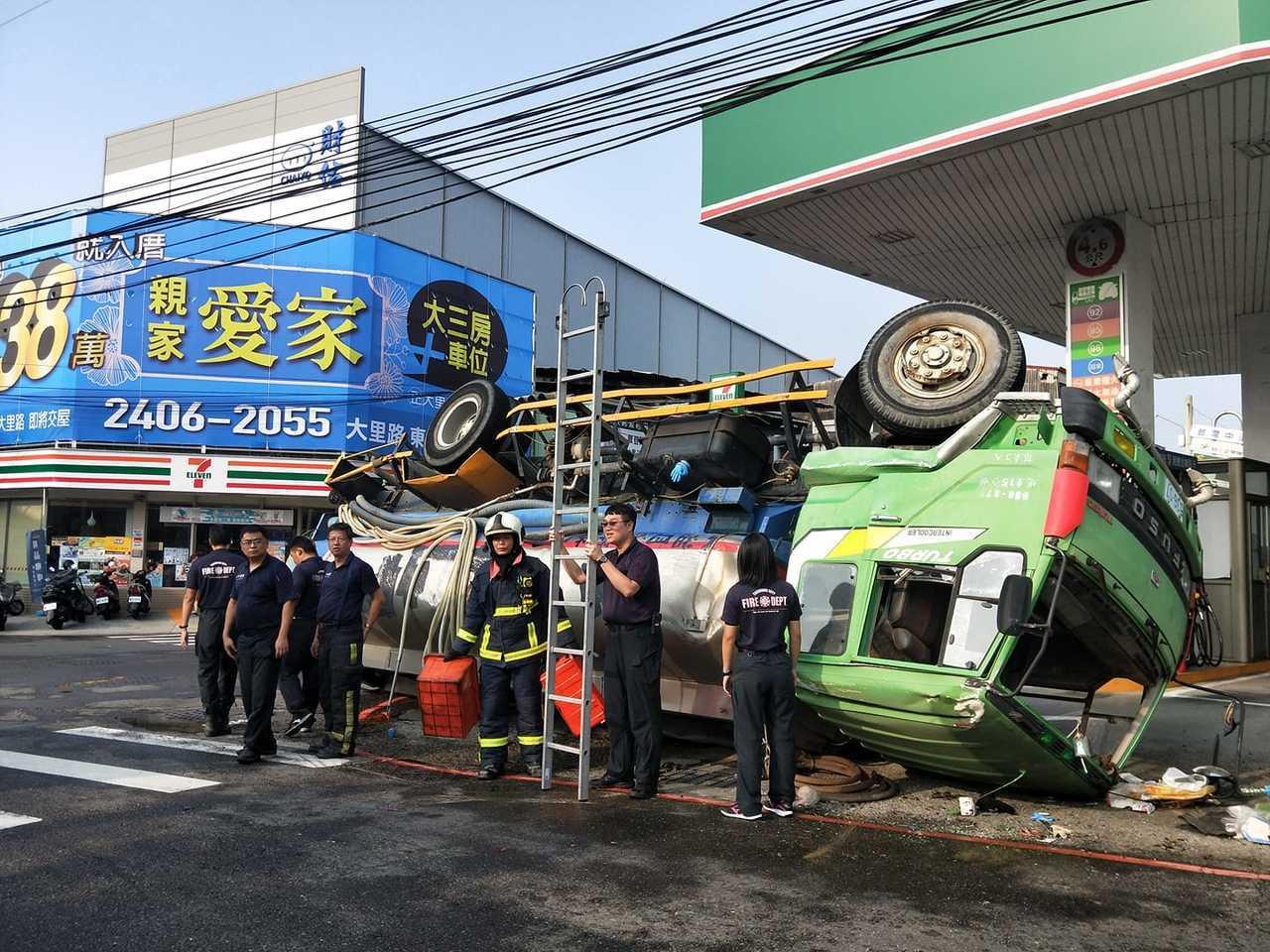 一輛載水車下午3時許經過台中市大里區國中路與大衛路口時,突然翻車,車上水撒了一地...