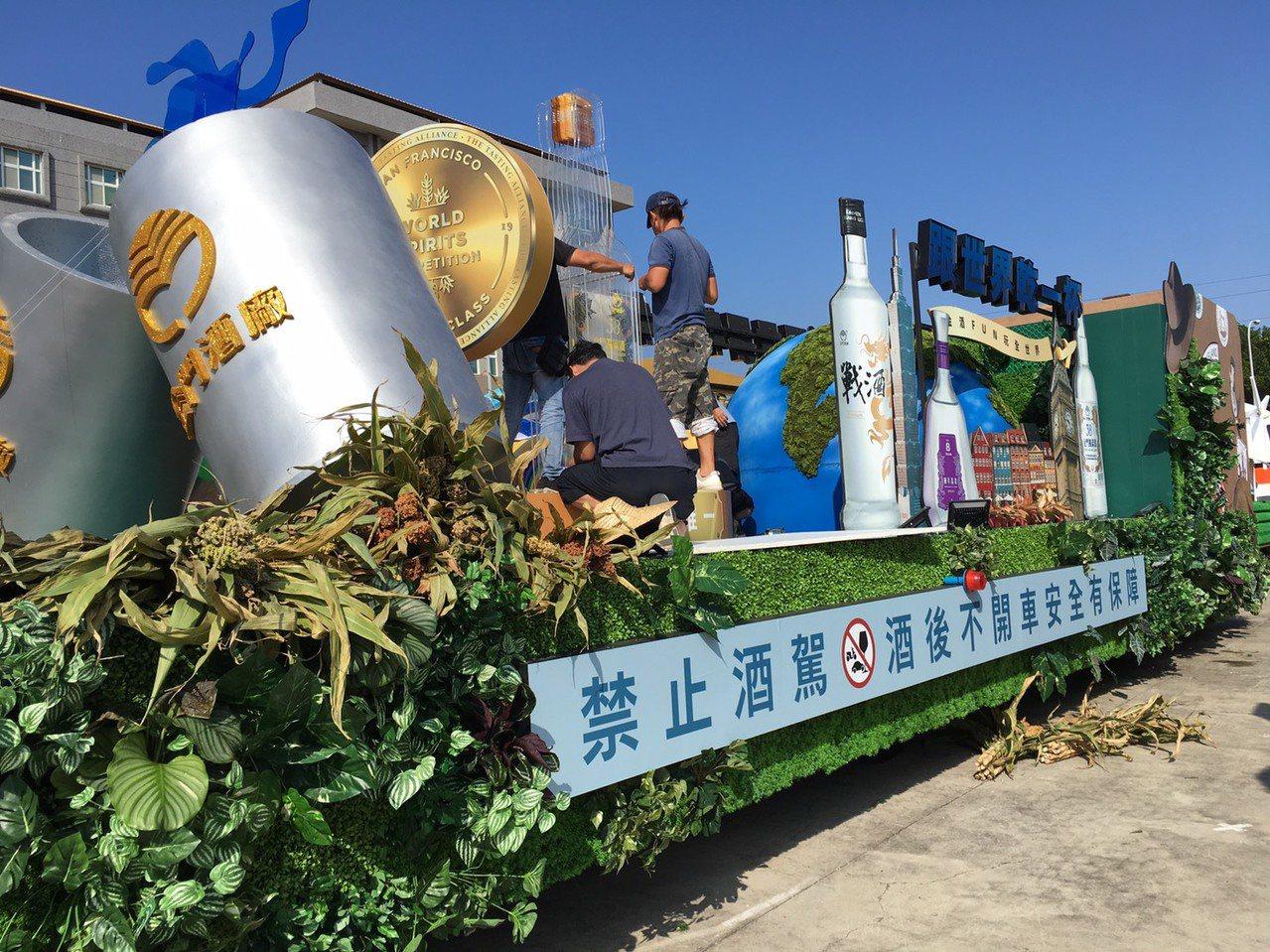 金門酒廠花車沒有花海,反而用高粱裝飾,非常有特色。記者吳姿賢/攝影