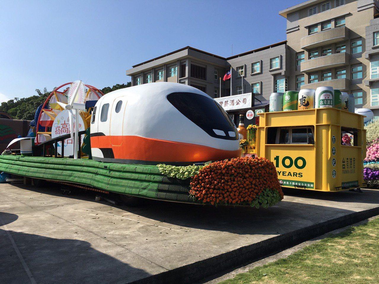 高鐵今年首度加入國慶花車車隊,車頭是高鐵列車模型。記者吳姿賢/攝影