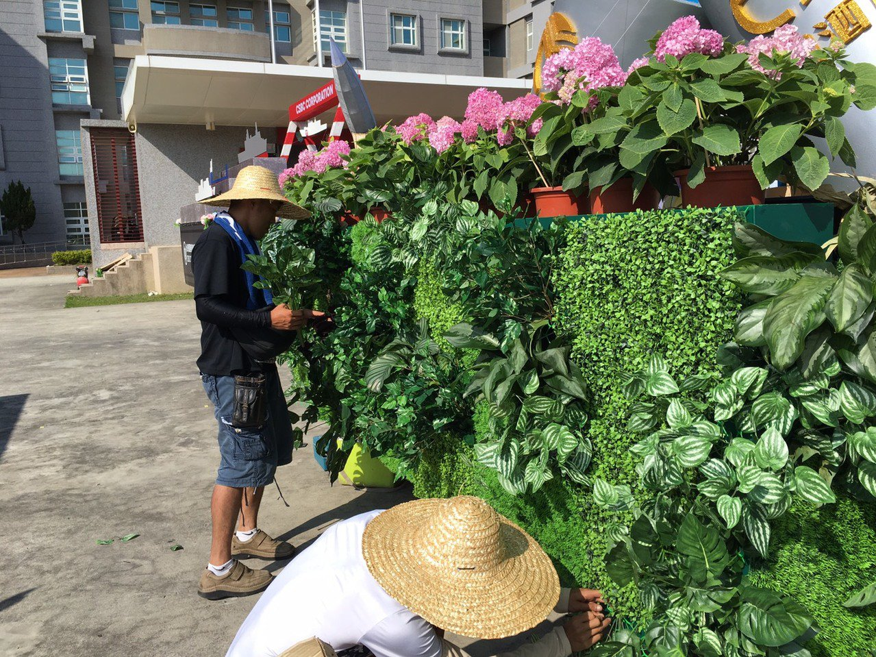 許多工作人員今天在烈日下趕著裝飾花車。記者吳姿賢/攝影