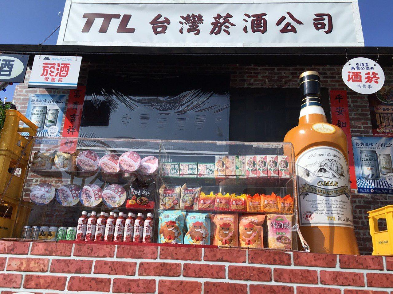 台灣菸酒公司花車上面擺設自家熱銷品,遊行順便打廣告。記者吳姿賢/攝影