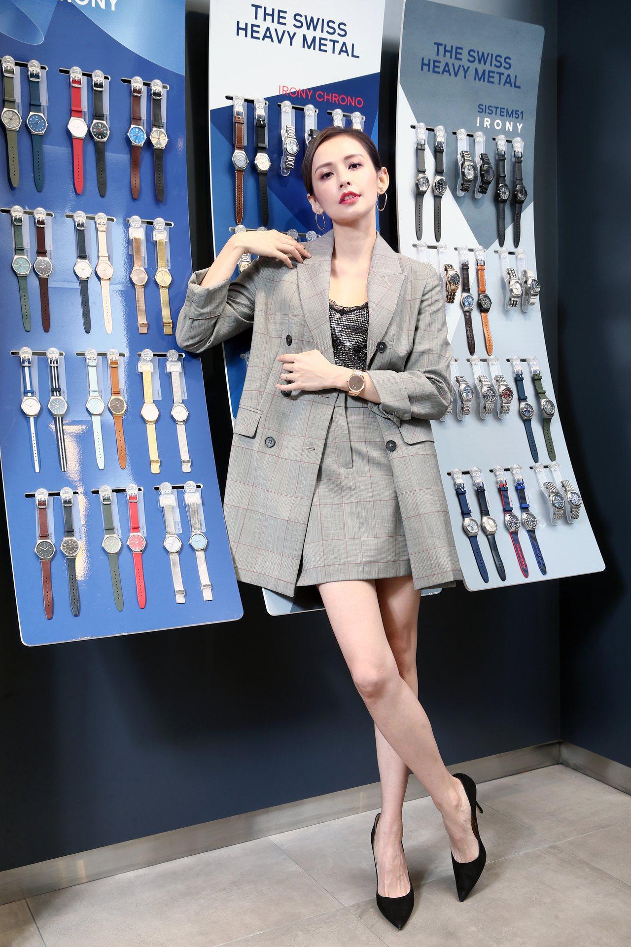 女星袁艾菲演繹SWATCH SKIN Irony系列典雅金超薄腕表,6,300元...