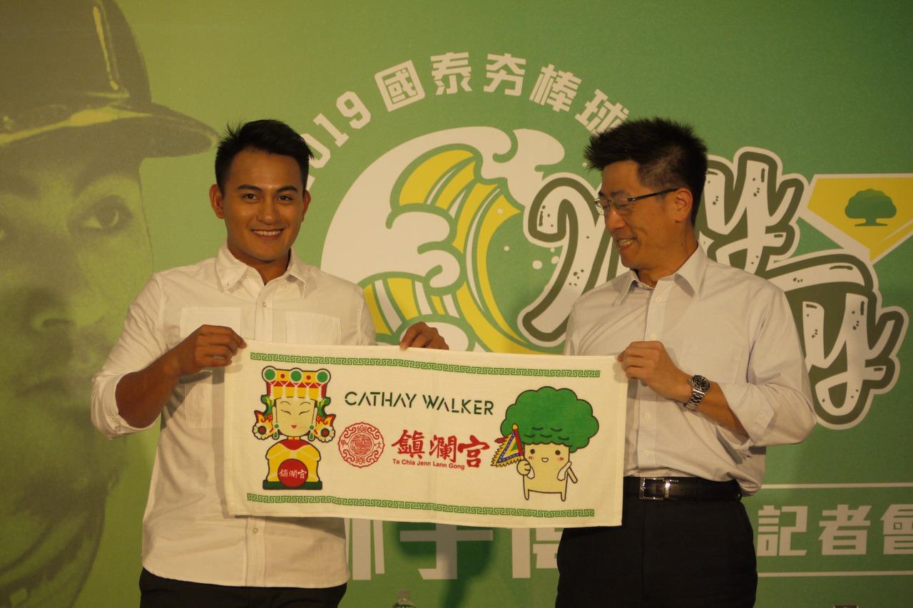 林子偉(左)接受贊助廠商贈禮。 記者吳敏欣/攝影