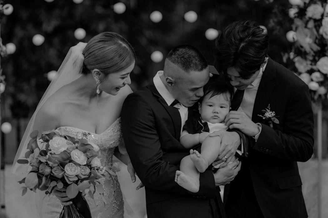 林珈安(左起)與老公抱著小孩,伴郎唐禹哲(右)在旁逗弄。圖/凹凹凸凸娛樂、goo...