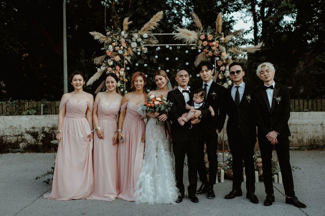 林珈安(左四)與Freddy(右五)帶著小孩舉辦婚宴,唐禹哲(右三)、瑞瑪席丹(...