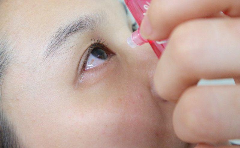 民眾購買隱形眼鏡僅優先考量購買方便及價格優惠,對於驗光、試戴等關鍵流程卻很輕忽,導致高達八成民眾買過不適合的隱形眼鏡。聯合報系資料照片
