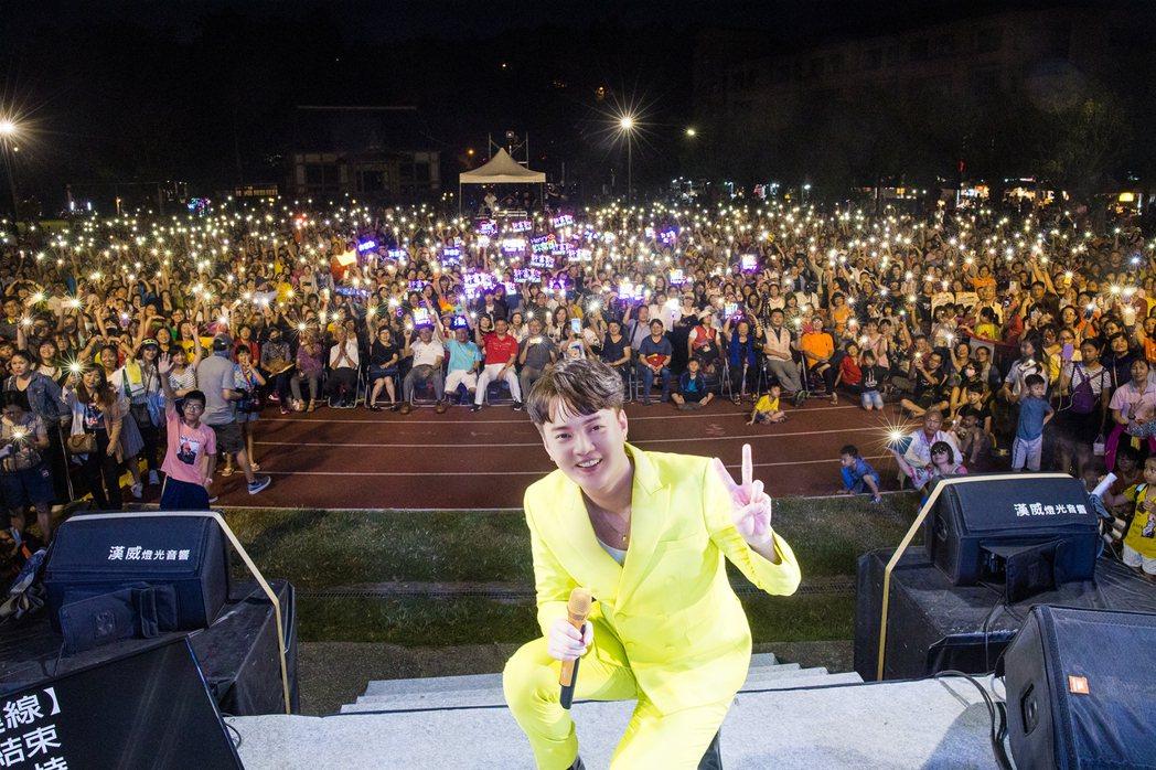 許富凱返回旗山老家舉辦免費音樂會,現場湧入近萬人。圖/時代創藝提供
