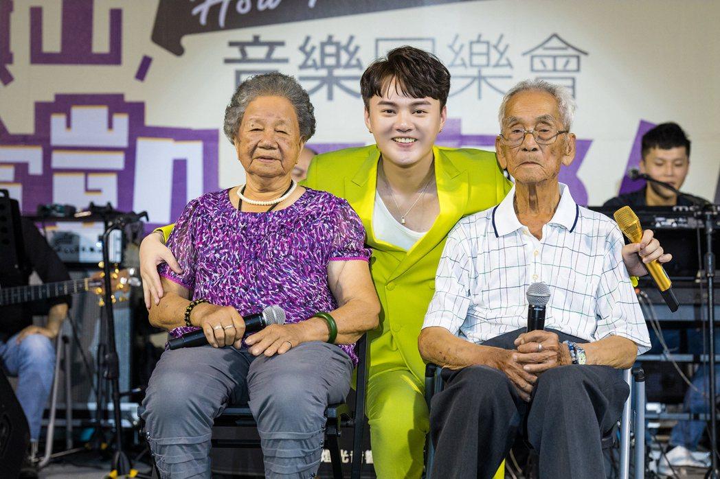 許富凱(中)把爺爺、奶奶請上台同歡。圖/時代創藝提供