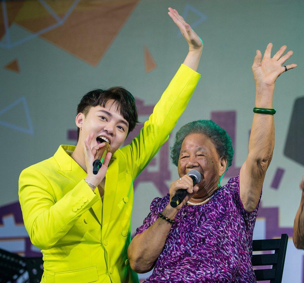 許富凱(左)和90歲奶奶開心合唱。圖/時代創藝提供