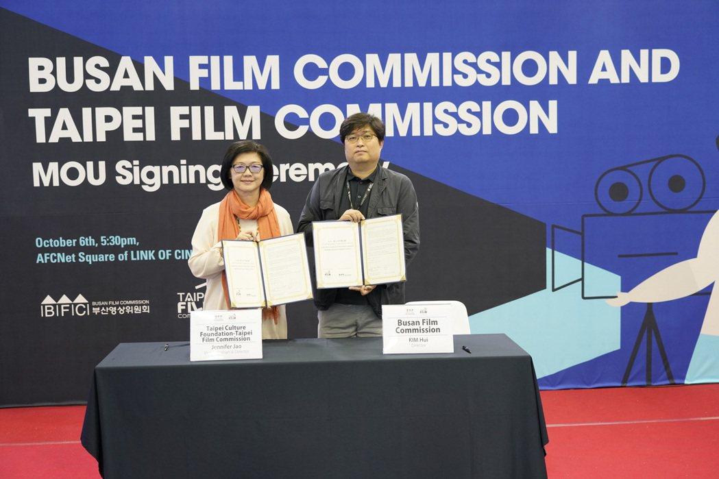 台北市電影委員會副主任委員暨總監饒紫娟與釜山電影委員會總監金輝共同簽署影視合作備