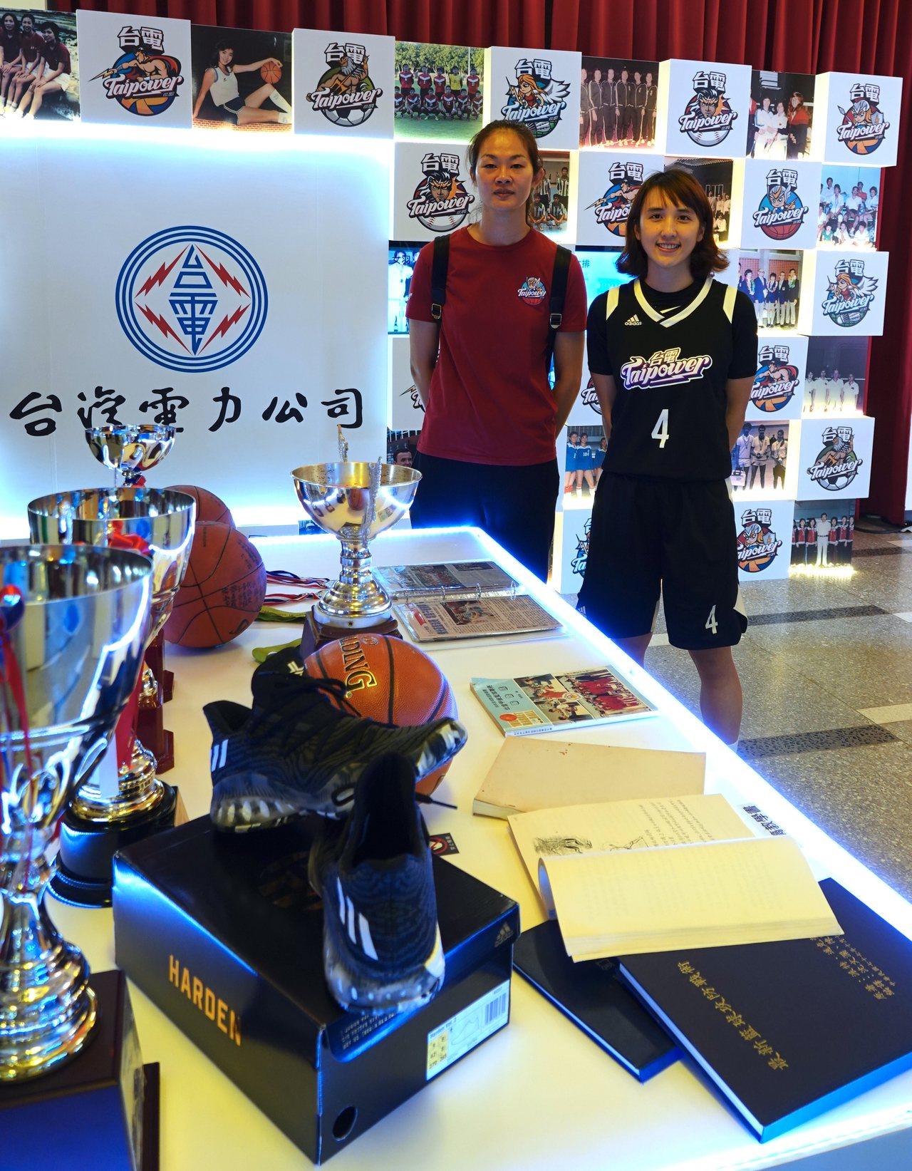 台電女籃隊總教練林紀妏(左)與隊員郭佳紋。記者毛琬婷/攝影