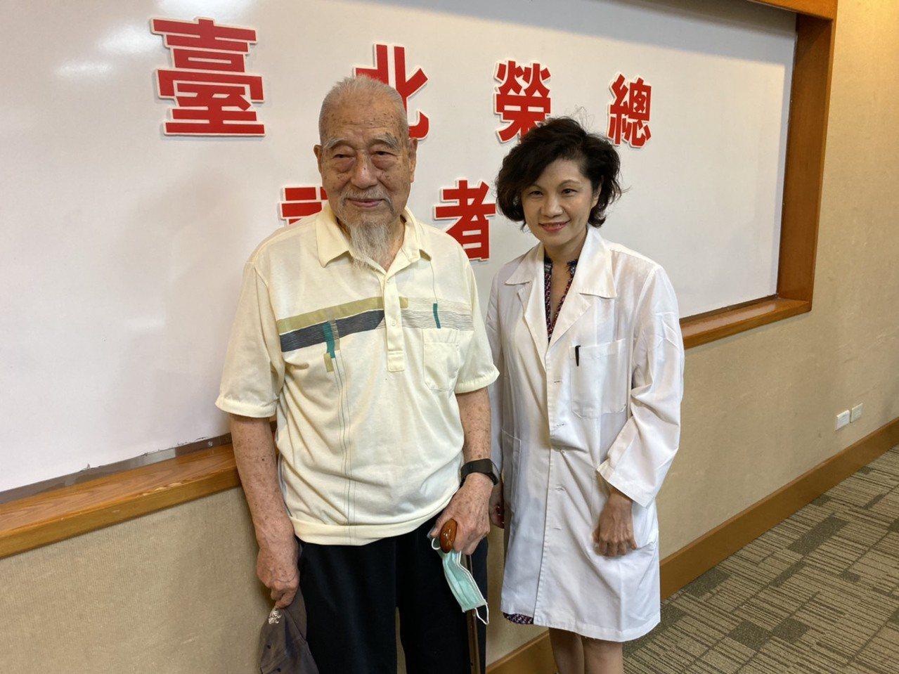 91歲的王老先生(左),檢查發現有嚴重的心臟主動脈瓣膜狹窄問題。北榮心臟內科主治...
