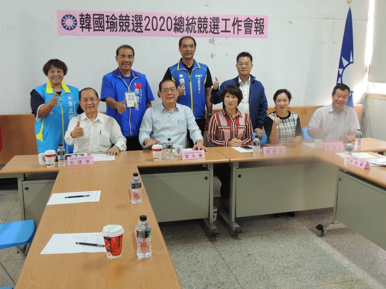 曾永權(前左二)今天下午到台東主持輔選幹部會議。記者羅紹平/攝影