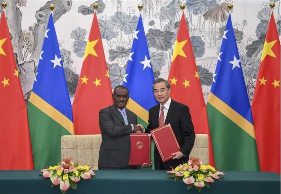 索羅門外交部長馬內列與中國大陸國務委員兼外交部長王毅簽署建交公報。圖/取自新華社