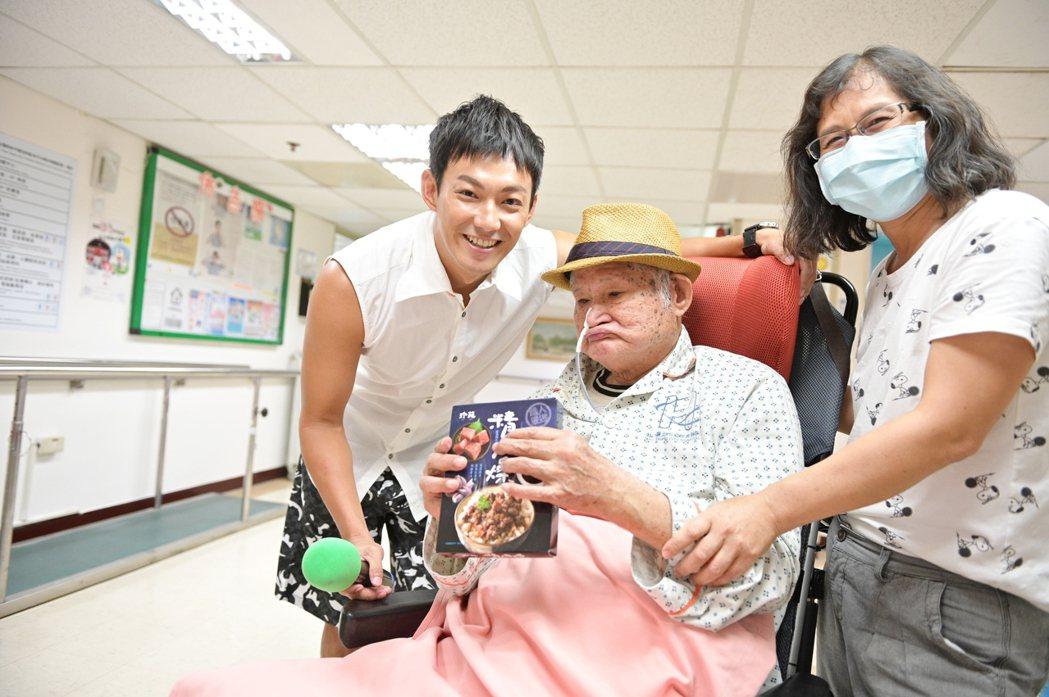威廉生日探望行動不便的長輩。圖/台灣優質生命協會提供