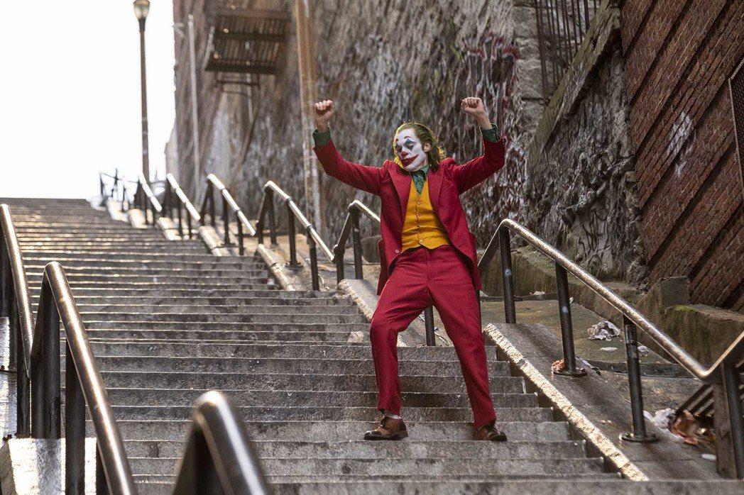 「小丑」改編自DC經典漫畫,風格殘忍,揭露社會黑暗面,引起不少共鳴。圖/華納兄弟