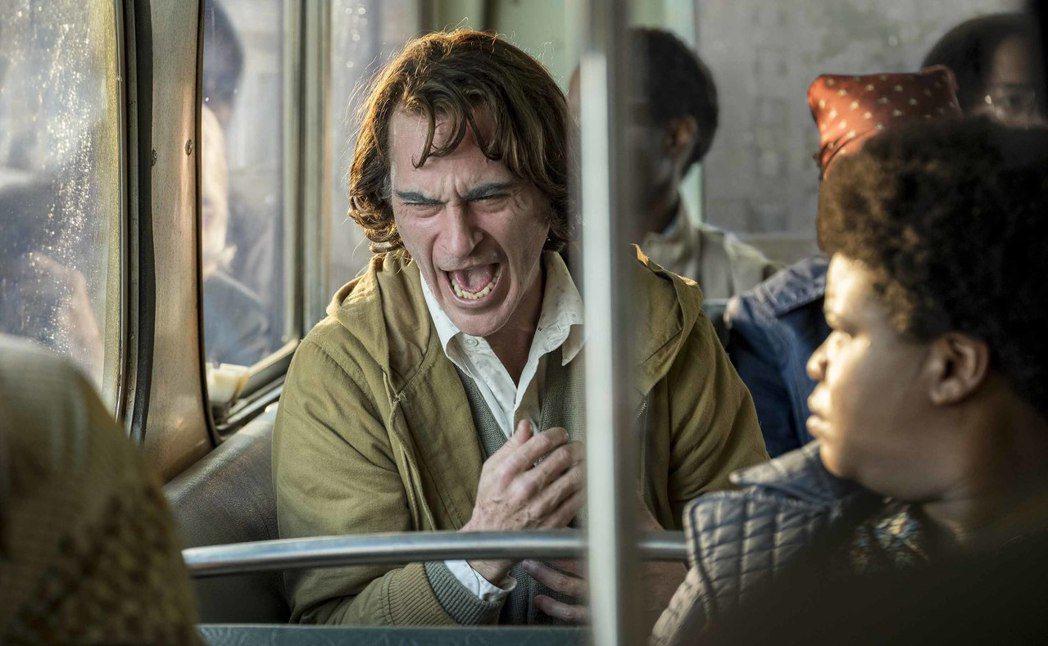 瓦昆菲尼克斯在「小丑」的精湛表演,有望角逐明年奧斯卡影帝獎項。圖/華納兄弟提供