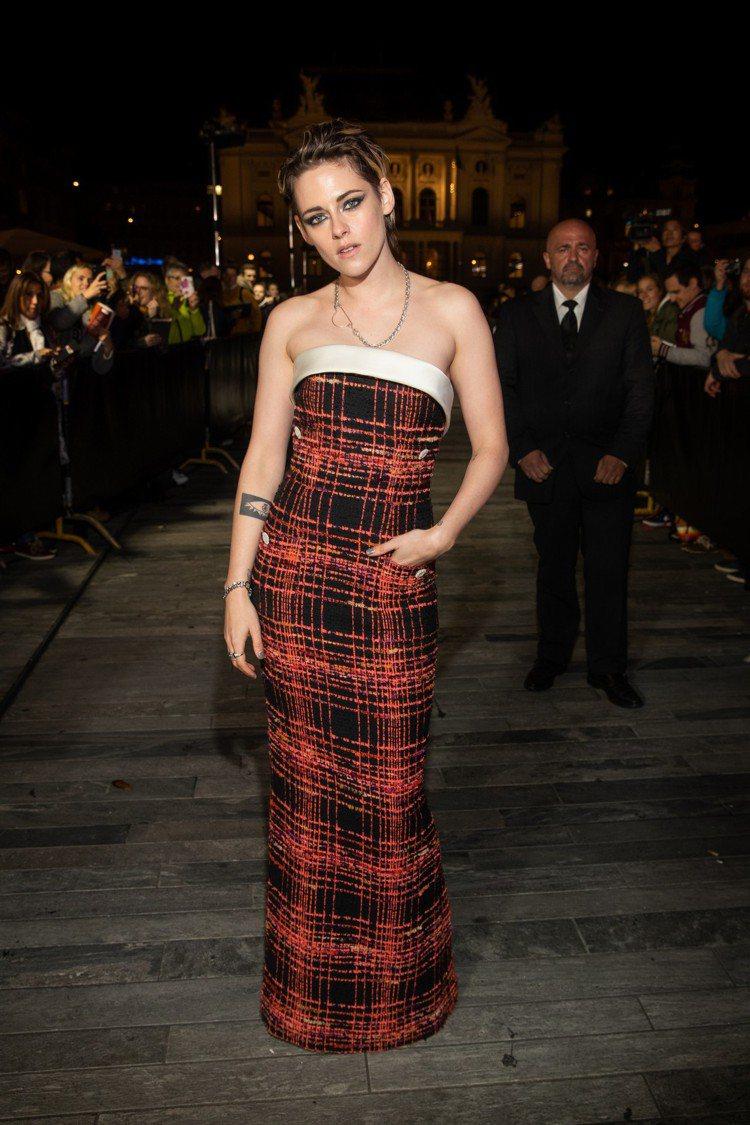 克莉絲汀史都華在蘇黎世電影節中穿上同樣出自香奈兒2019/20秋冬高級訂製系列的...