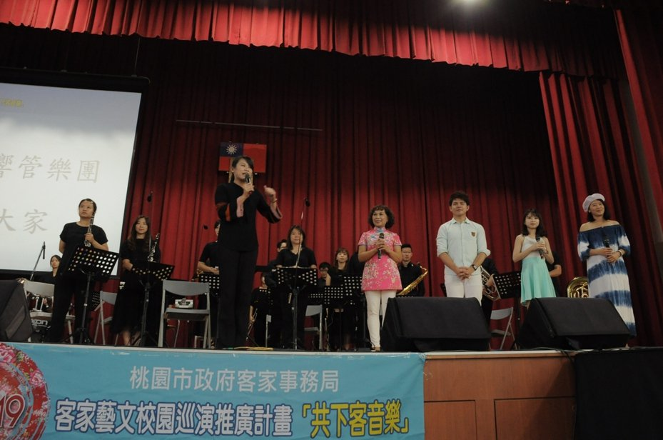 桃園交響管樂團校園巡演,特別邀請王鳳珠葉鈺渟等客家歌手合作演出。圖/桃園市府客家事務局提供