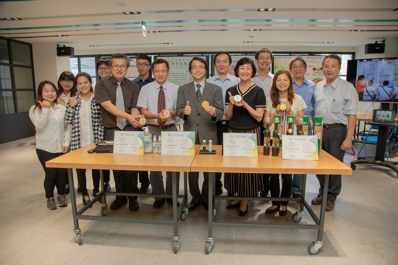 嘉南藥理大學參加2019台灣創新技術發明競賽,金銀銅牌一把抓。圖/嘉南藥理大學提...