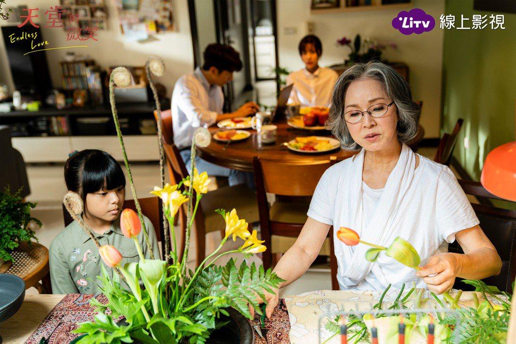 李璇(右)對「天堂的微笑」的劇本感到悲喜交加。圖/LiTV、TVBS提供