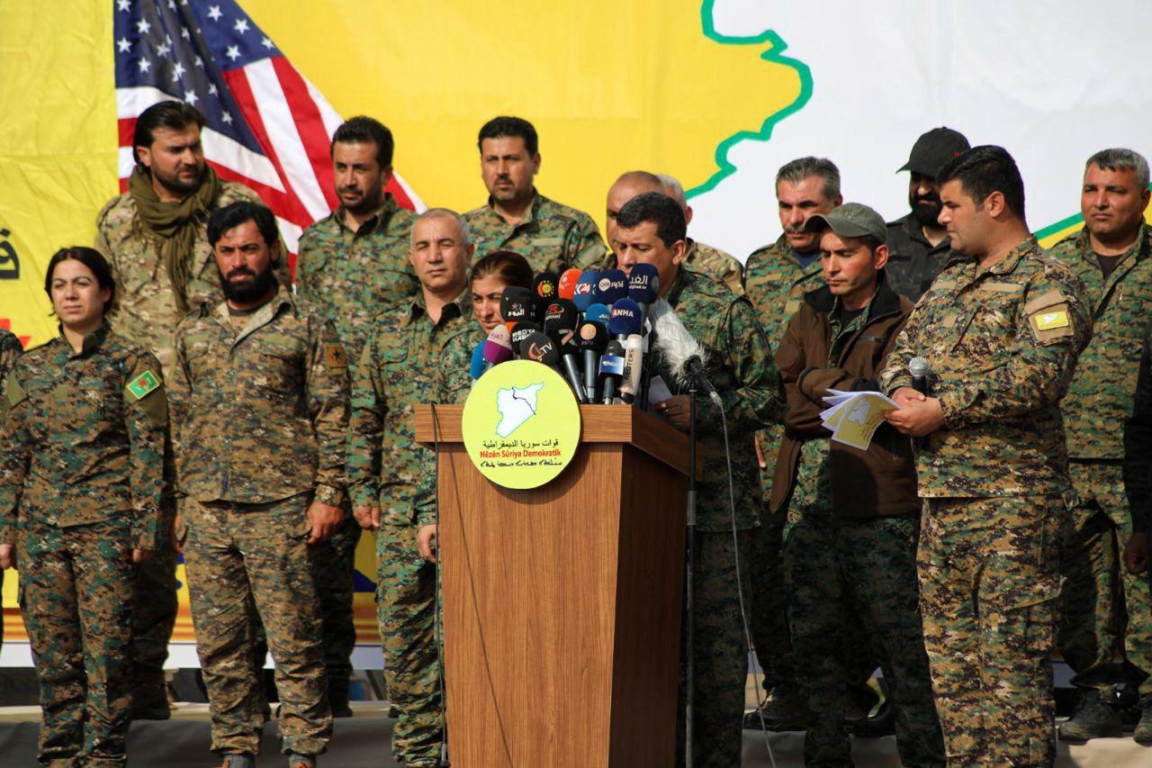 圖為今年3月底美軍在敘國東部歐瑪油田(Omar),跟庫德族盟友共同宣布戰勝IS畫...