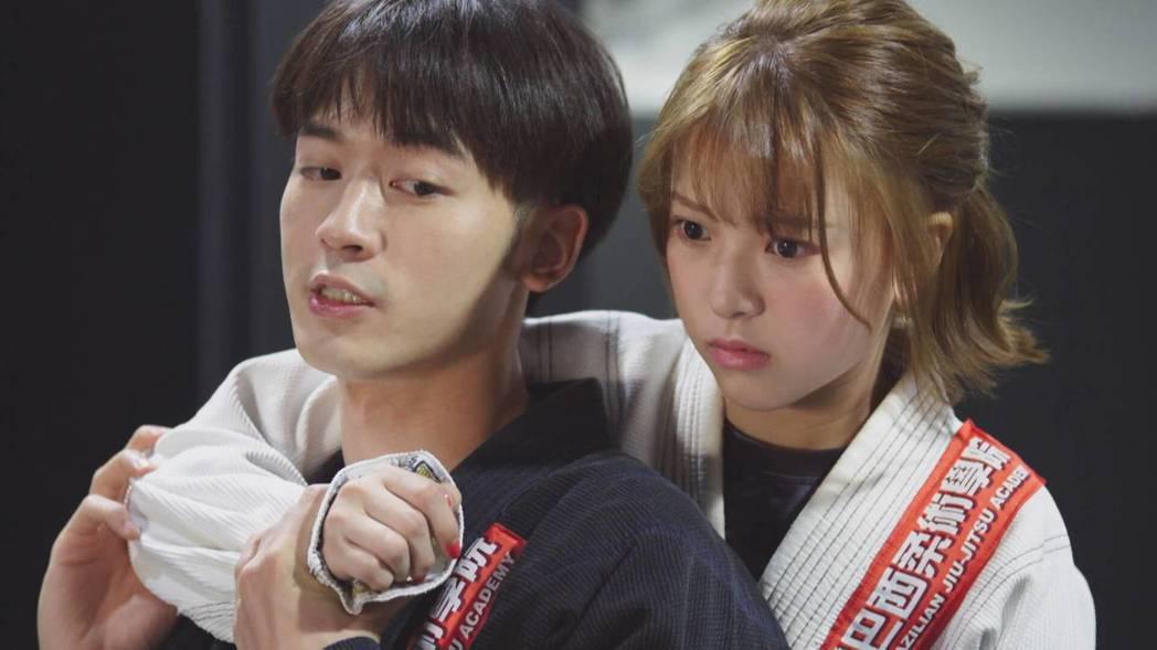 小樂(前)劇中教項婕如巴西柔術防身,氣氛曖昧。圖/台視提供