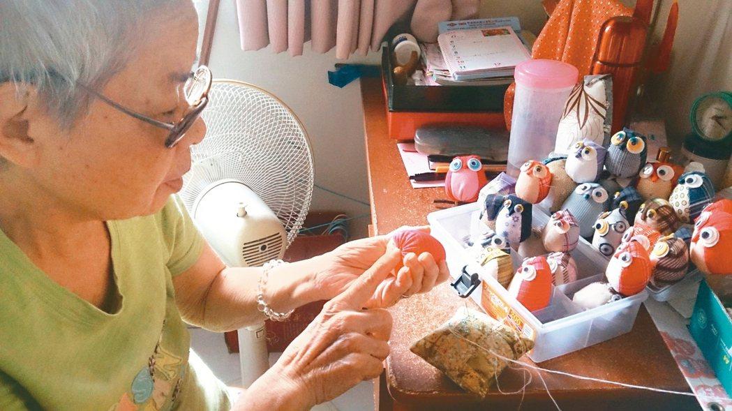 在家裡的媽媽仍閒不住,翻出陳年舊布,開始縫製貓頭鷹。 圖/一真(台中市)