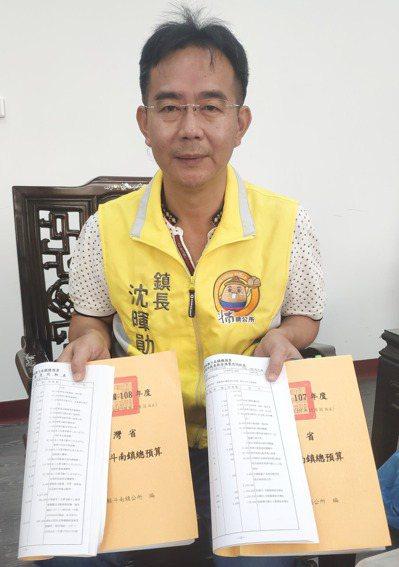 斗南鎮長沈暉勛今天拿出鎮公所107、108年度預算書。記者李京昇/攝影