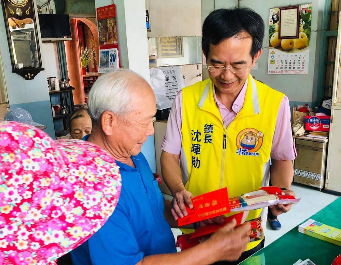 斗南鎮長沈暉勛(右)近日參加地方活動關懷年長者。圖/斗南鎮公所提供