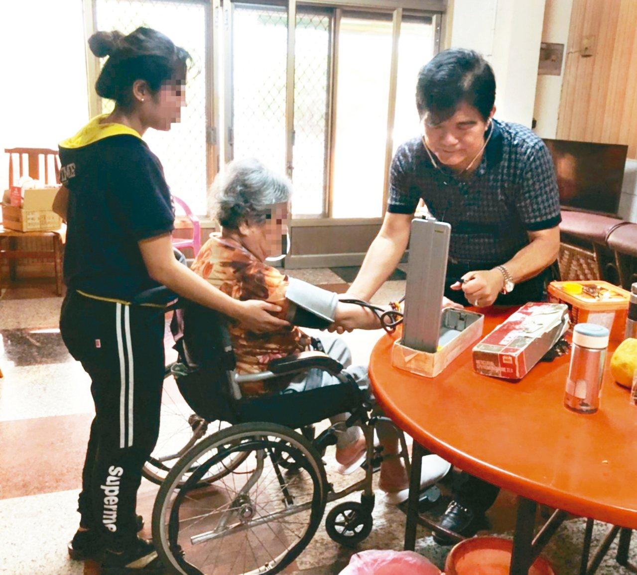 在岡山區開業的醫師吳宗慶(右)利用繁忙的看診空檔出任務做居家醫療,讓不便出外就醫...