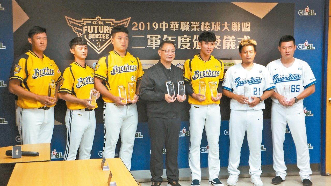 中職二軍個人獎得主出爐,會長吳志揚(中)頒獎給6位獲獎球員。 記者藍宗標/攝影