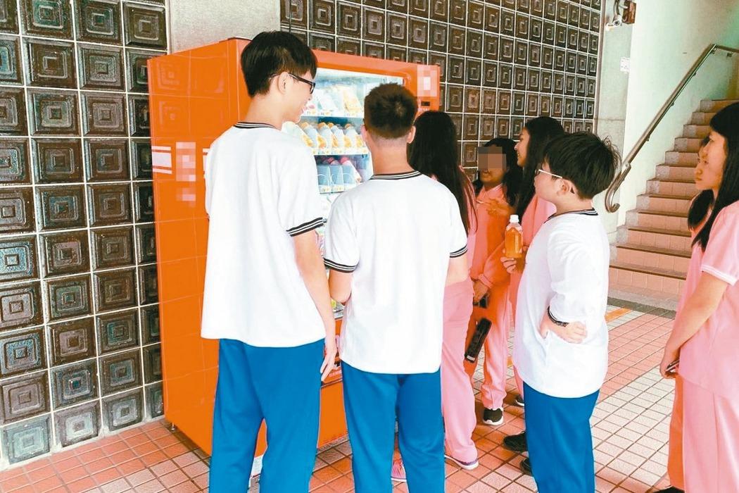 台北市政府規畫智慧販賣機進入校園,引發諸多國小家長疑慮。 圖/台北市教育局提供