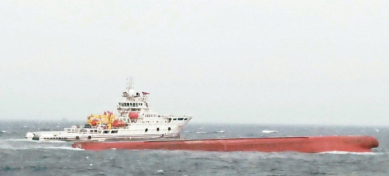 陸籍「東泓」輪運砂船在海面翻覆,船上十二人失蹤。 圖/海巡署提供