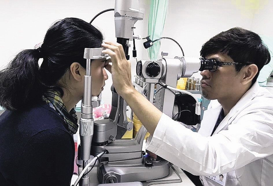 醫師提醒,買隱形眼鏡一定要驗光和試戴,以免買錯鏡片損傷眼睛。 圖/聯合報系資料照...