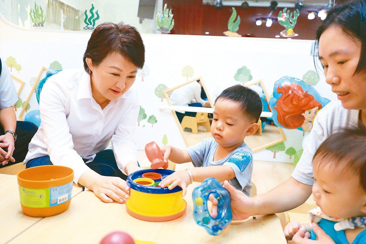 台中市長盧秀燕(左)積極推動「公幼公托倍增計畫」,以「一個月開一家」的速度興建幼...